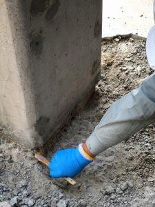 刷毛で施工面の埃を取り除きます
