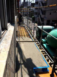 庇のコンクリート打設中