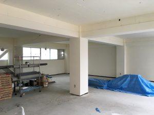 天井のない部屋は天井にそのままペンキを塗ります