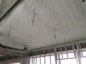 5階の天井には断熱材を吹き付けます。