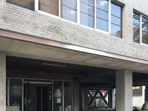 正面入口上部の庇