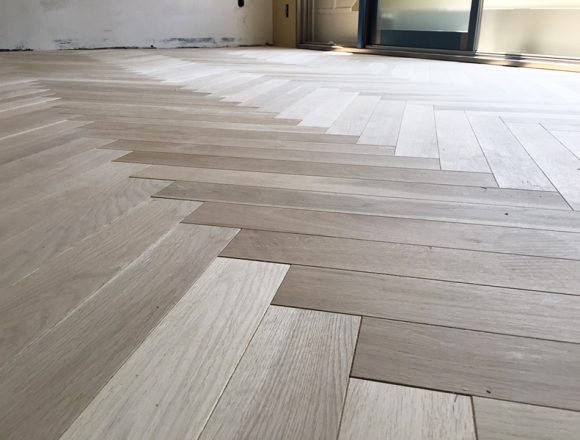 オーク材のヘリンボーン床