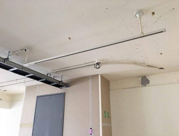 カフェエリアの天井配線ダクト